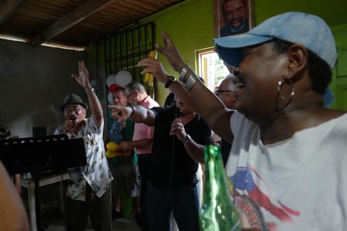 Yolanda Álvarez planta bandera en litoral costero con empresafamiliar